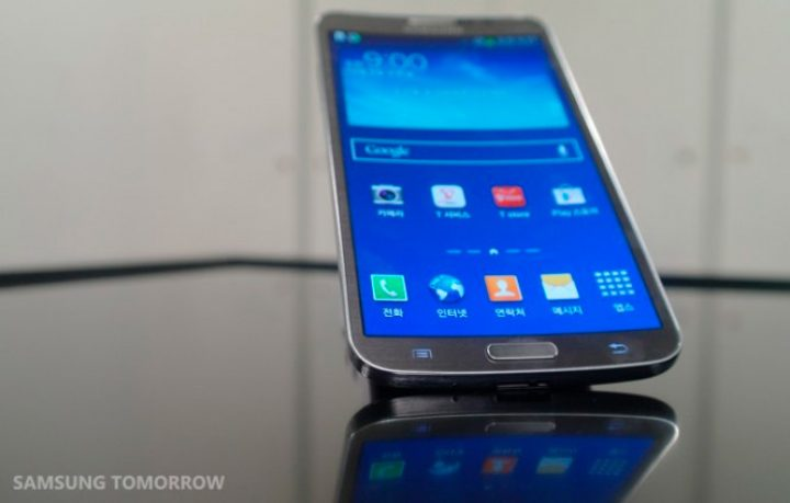 The first curved screen smartphone is not the iPhone 6 : meet the Samsung Galaxy Round